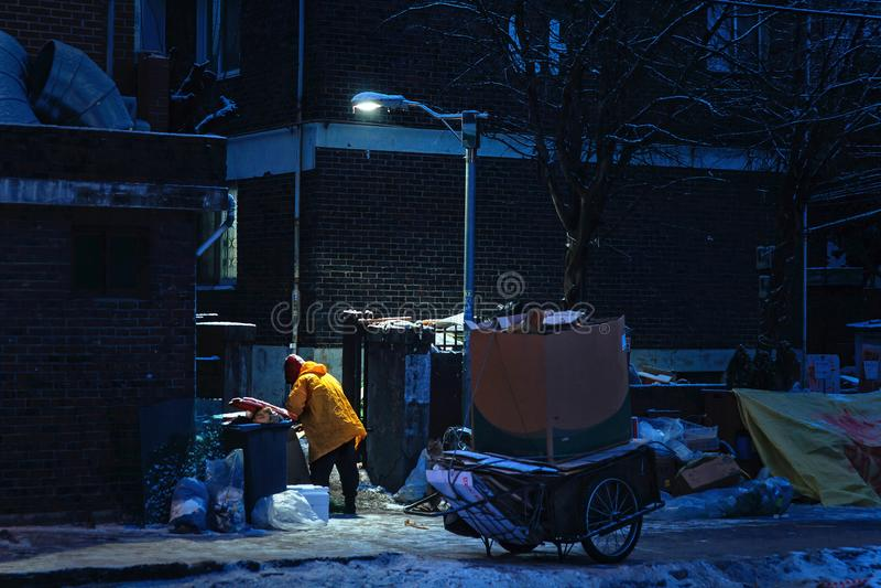 Het verzamelen van schroot van karton in winterse nacht royalty-vrije stock afbeelding