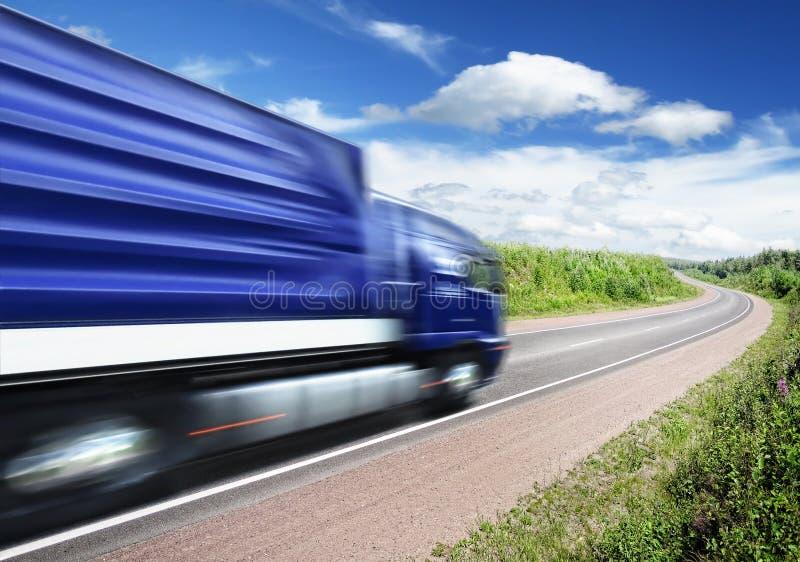 Het verzenden van de vrachtwagen op landweg, motieonduidelijk beeld stock afbeeldingen