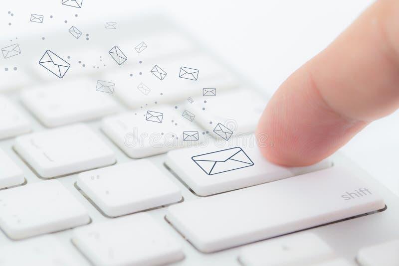 Het verzenden van e-mail het gebaar van vinger het drukken verzendt knoop op een computertoetsenbord royalty-vrije stock foto's