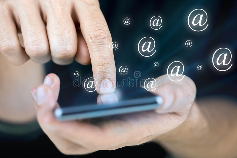 Het verzenden van e-mail op mobiele telefoon royalty-vrije stock foto's