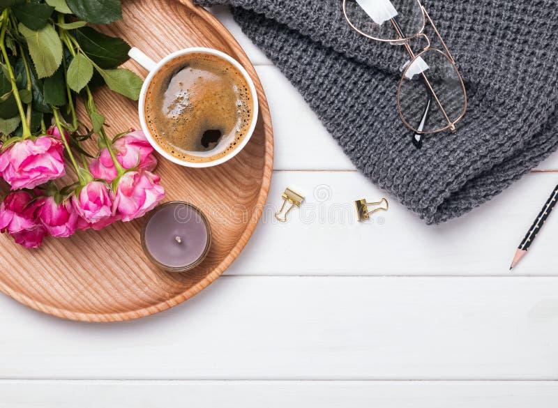 Het vet legt met koffie, bloemen, sweater en kleine toebehoren royalty-vrije stock foto