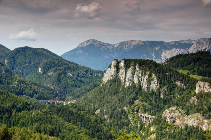 Het viaduct van goederentreinkruisen op Semmering-spoorweg Oostenrijk stock afbeeldingen