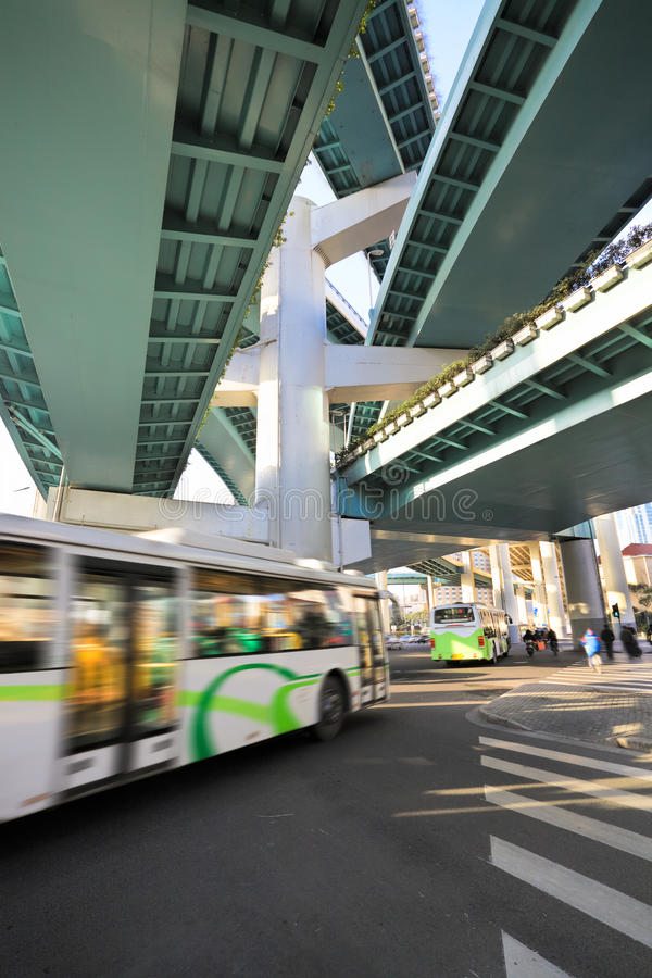 Het viaduct van Shanghai bij ochtend, draakpijler stock foto