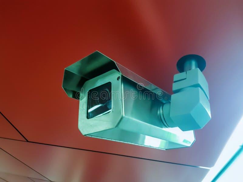 Het videotoezicht van kabeltelevisie van de veiligheidscamera Videcam op rode backgroung royalty-vrije stock foto's