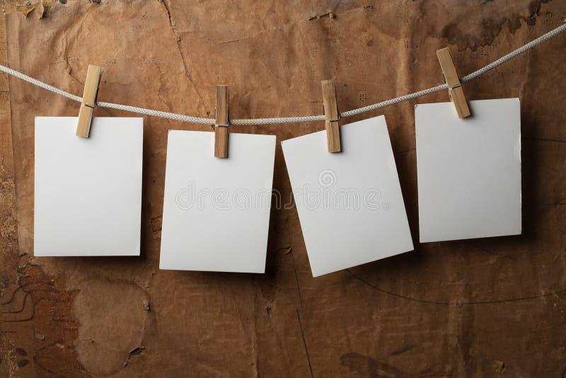 Het vier fotodocument maakt aan kabel met wasknijpers vast royalty-vrije stock fotografie