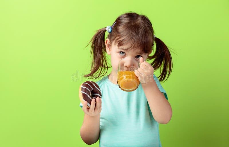 Het vier-jaar-oude meisje eet doughnut royalty-vrije stock fotografie