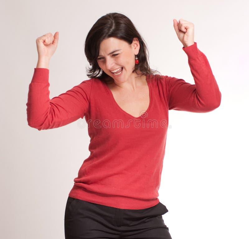 Het vieren brunette in rood stock foto's
