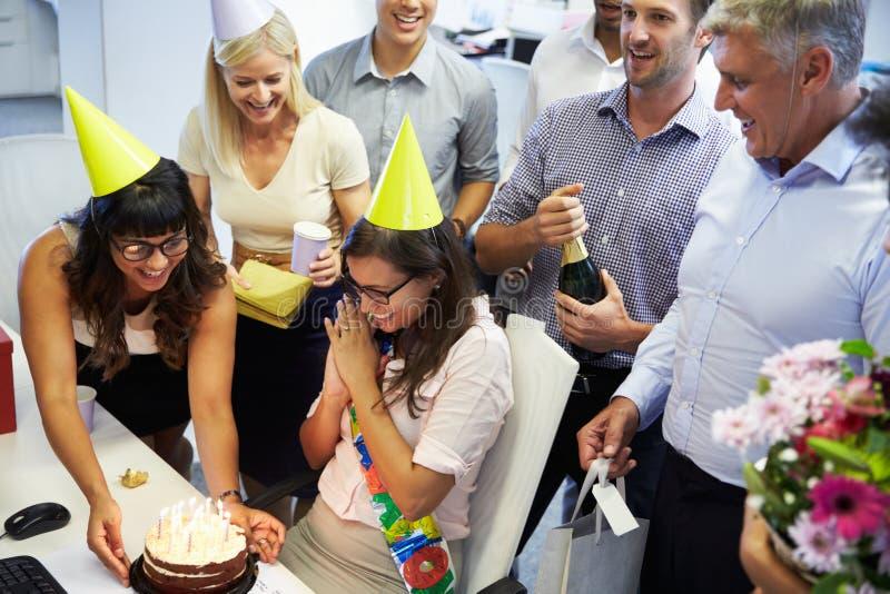 Het vieren de verjaardag van een collega in het bureau royalty-vrije stock foto's