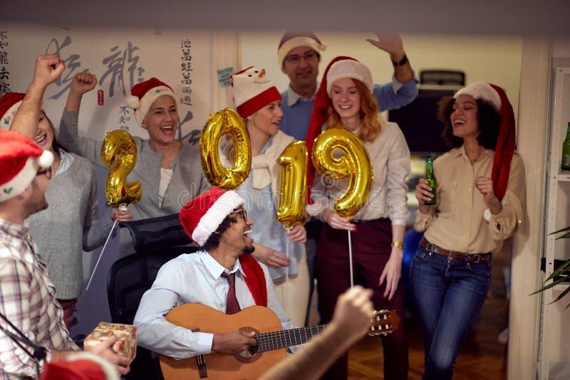 Het vieren Kerstmis die pret met lied bedrijfsmensen hebben stock foto's