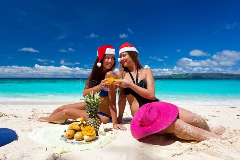 Het vieren Kerstmis op tropisch strand royalty-vrije stock afbeelding