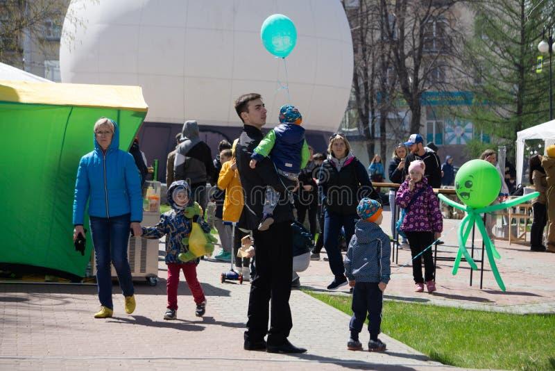 Het vieren Nieuwjaar samen Groep mooie jongeren in kleurrijke confettien werpen en Kerstmanhoeden die gelukkig kijken Rusland stock afbeeldingen