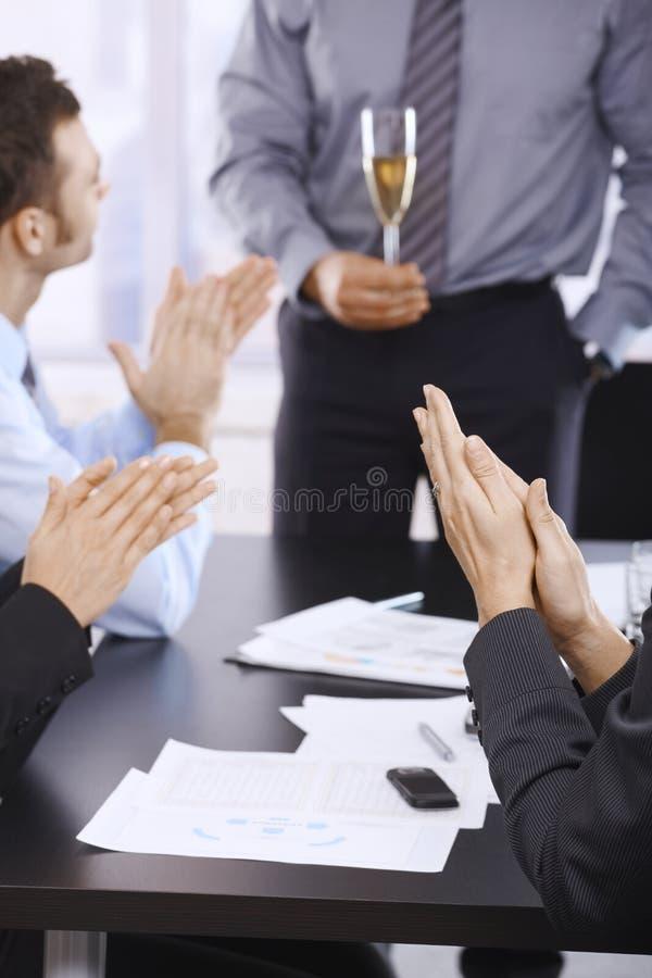 Het vieren succes in bureau stock foto