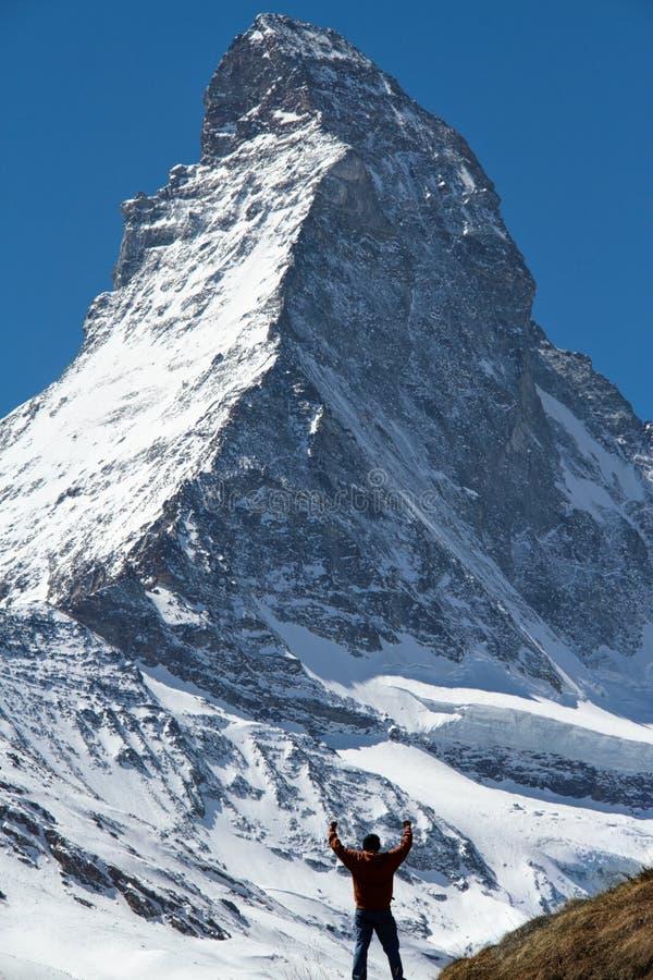 Het vieren Succes in Matterhorn stock afbeelding