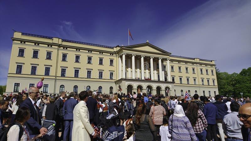 Het vieren van de Dag van Koningsat the national van Noorwegen