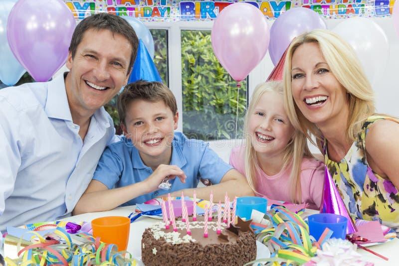 Het Vieren van de familie de Cake van de Partij van de Verjaardag van Kinderen stock fotografie