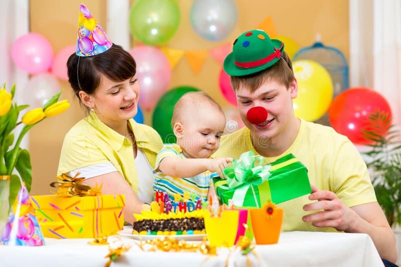 Het vieren van de familie eerste verjaardag van baby stock foto