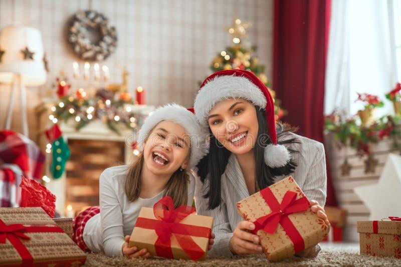 Het vieren van de familie Kerstmis royalty-vrije stock foto's