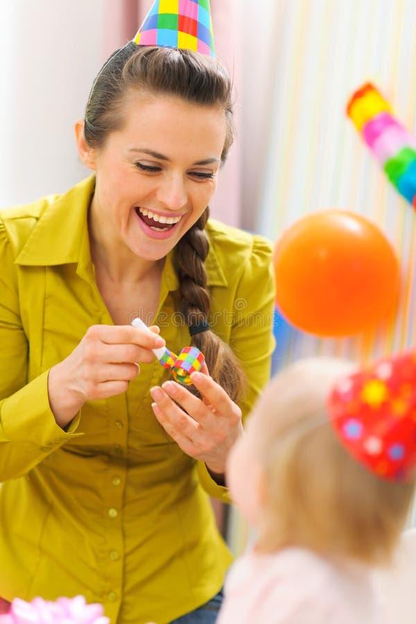 Het vieren van de moeder eerste verjaardag van haar baby royalty-vrije stock foto