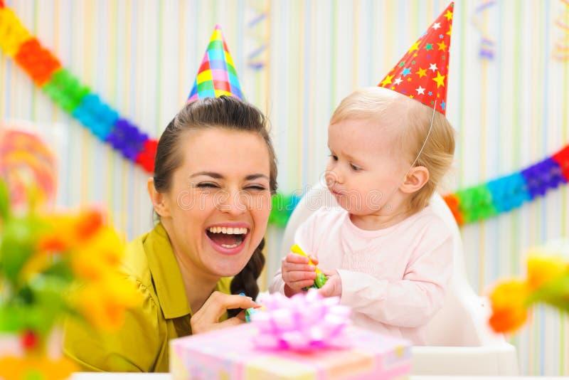 Het vieren van de moeder eerste verjaardag van haar baby royalty-vrije stock foto's