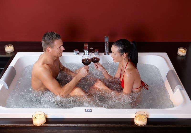 Het vieren van het paar in Jacuzzi royalty-vrije stock foto