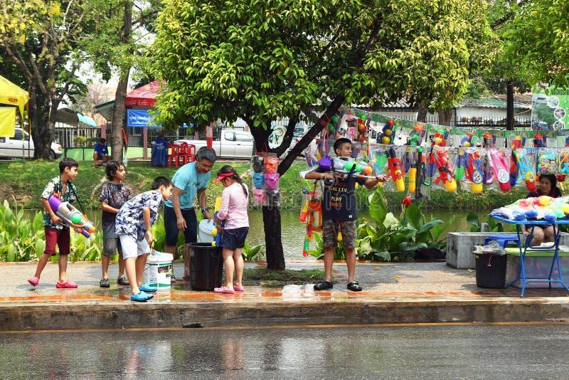Het vieren van het Thaise Nieuwjaar van Songkran door Thaise mensen op een straat Waterfestival - ??n van de populairste vakantie royalty-vrije stock foto's