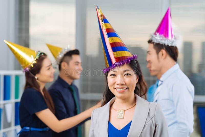 Het vieren verjaardag in bureau royalty-vrije stock afbeeldingen