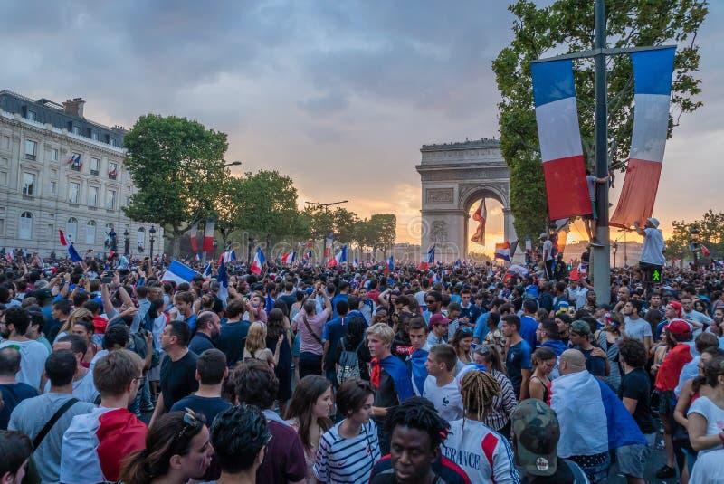 Het vieren Voetbaloverwinning in Parijs na de Wereldbeker van 2018 stock fotografie