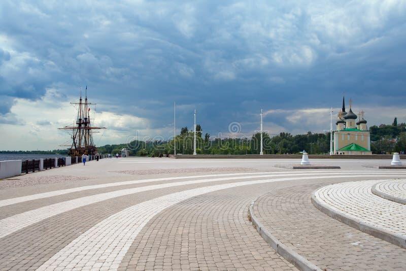 Het Vierkant van admiraliteit - dijk van Voronezh met schip-museum en stock afbeelding