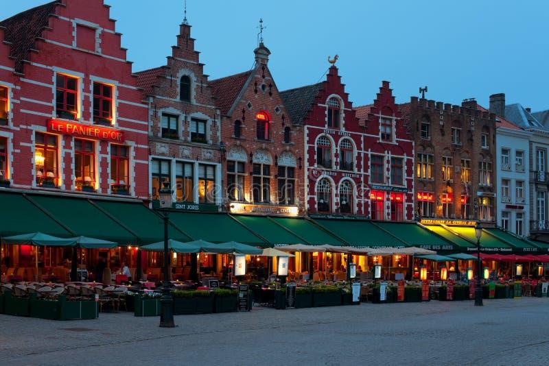 Het Vierkant van de Markt van de nacht in Brugge stock foto