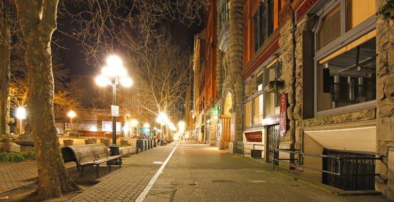 Het vierkant van de pionier in Seattle bij vroege de lentenacht. Lege straat. stock afbeeldingen