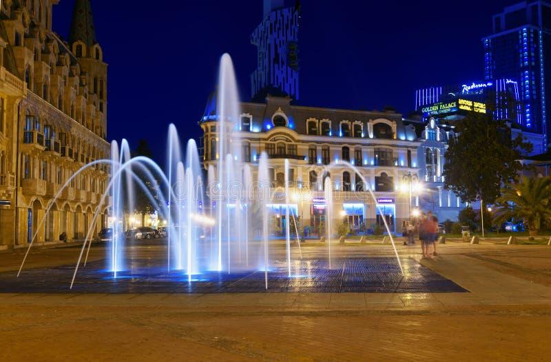 Het Vierkant van Europa met verlichte fontein bij nacht Batumi, Georgië stock afbeelding