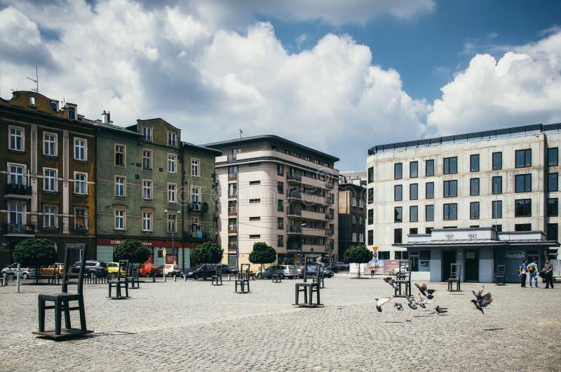 Het Vierkant van gettohelden met symbolische stoelen in Krakau stock foto's