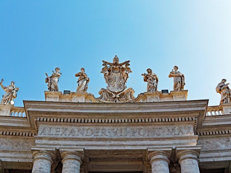 Het Vierkant van heilige Peter ` s, Standbeelden bovenop Colonnade stock foto