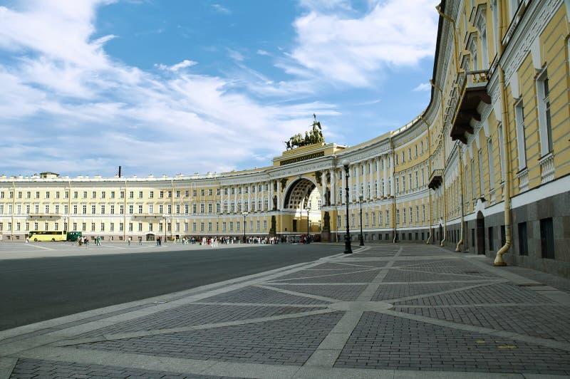 Het Vierkant van het de winterpaleis en het Algemene Personeelsgebouw, de Kluismuseum van de Staat, St. Petersburg stock afbeelding