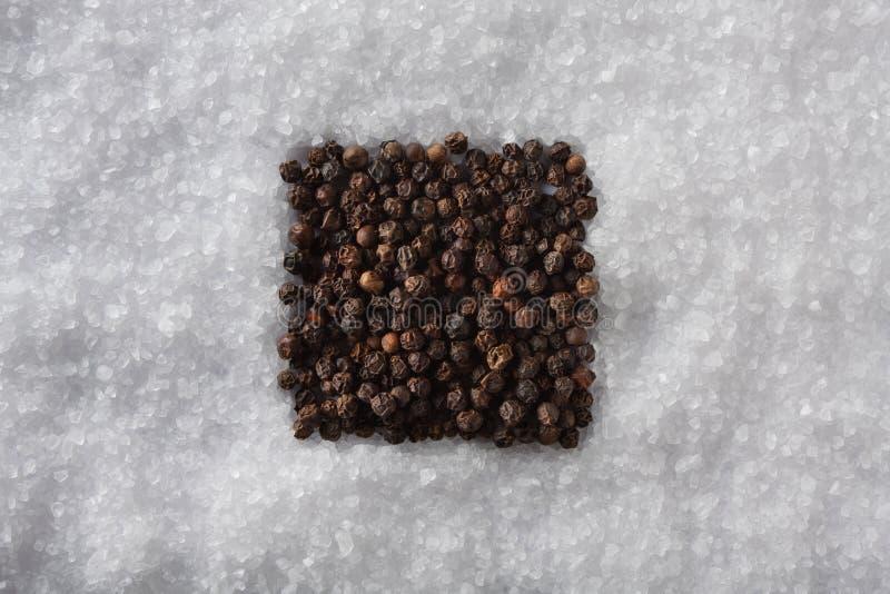 Download Het Vierkant Van Het Zout En Van De Peper Stock Foto - Afbeelding bestaande uit ingrediënt, peperbollen: 29507390