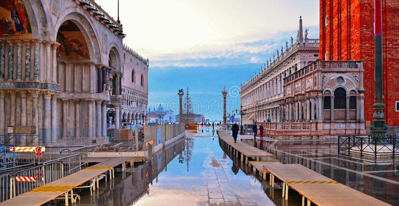 Het Vierkant van het Lege St Teken van VENETIË, ITALIË tijdens een vloed met mooie waterbezinningen van St de Basiliek van de Tek royalty-vrije stock fotografie