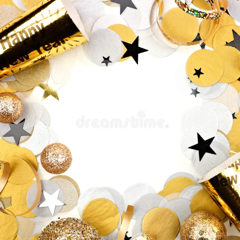 Het vierkante die kader van de nieuwjarenvooravond van confettien en decor op wit worden geïsoleerd royalty-vrije stock fotografie