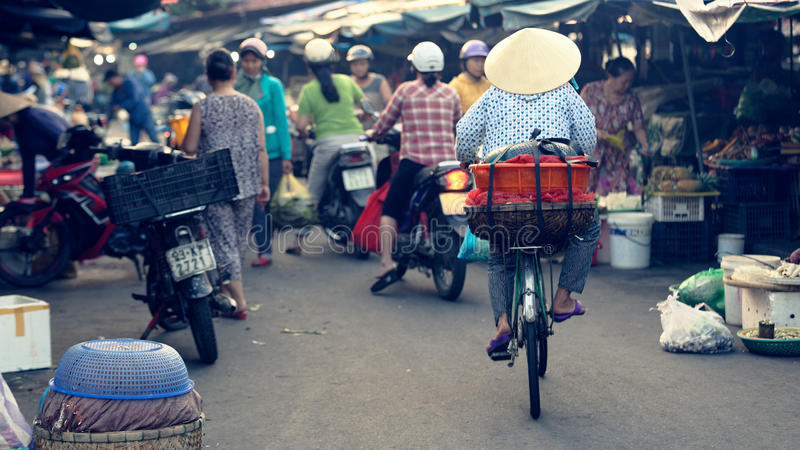 Het Vietnamese vrouw cirkelen bij markt royalty-vrije stock fotografie