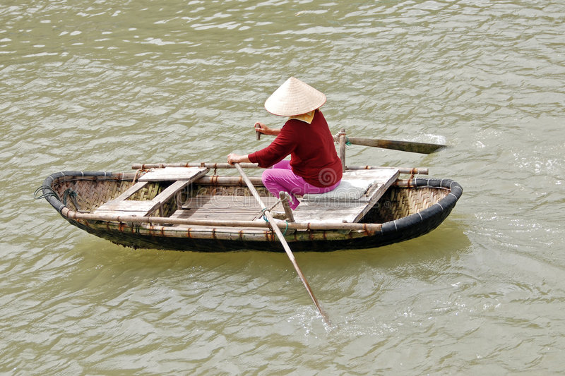 Het Vietnamese vrouw roeien stock fotografie