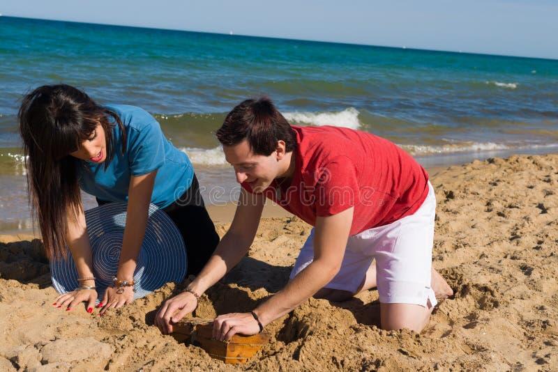 Het vinden van een schat op het zand royalty-vrije stock afbeelding