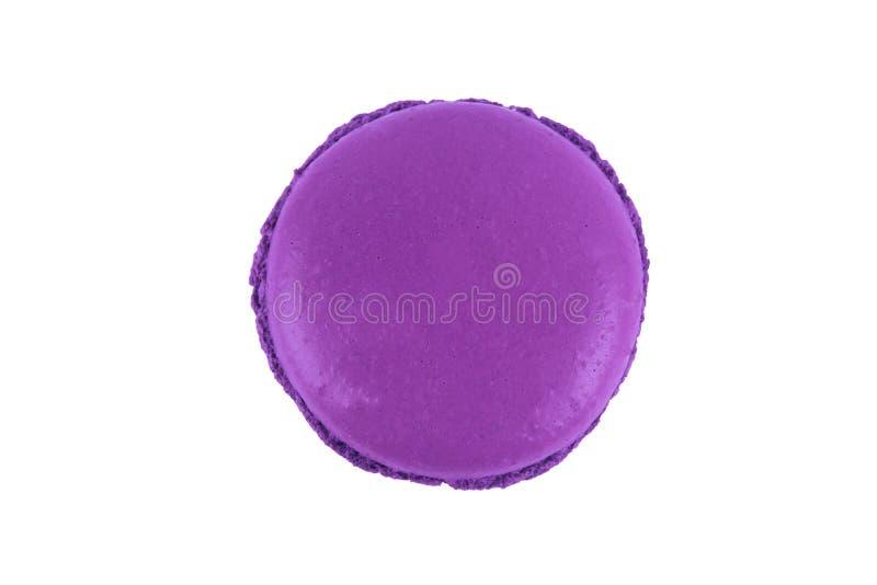 Het viooltje van het Macarondessert, op witte achtergrond royalty-vrije stock fotografie