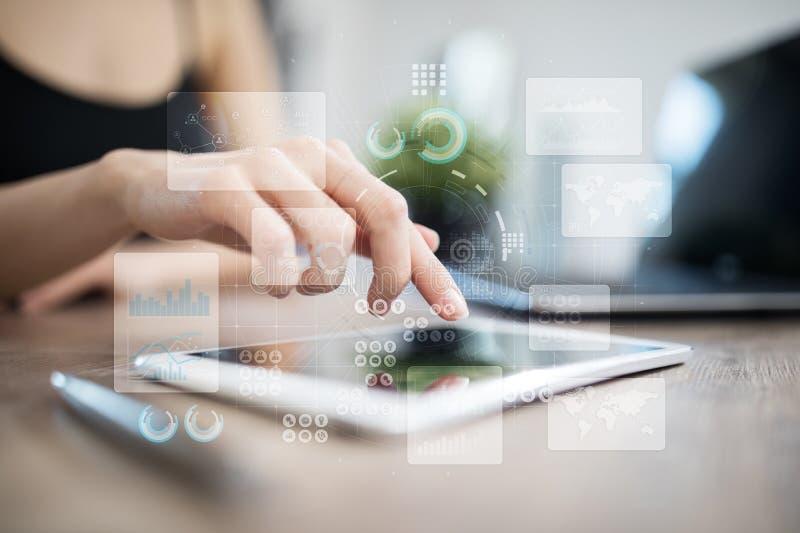 Het virtuele aanrakingsscherm Projectleiding De analyse van gegevens Hitech technologieoplossingen voor zaken ontwikkeling royalty-vrije stock fotografie