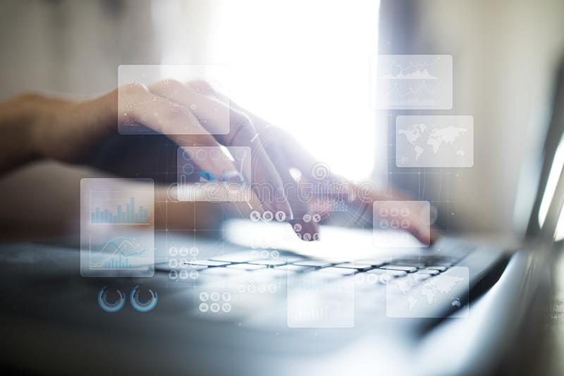Het virtuele aanrakingsscherm Projectleiding De analyse van gegevens Hitech technologieoplossingen voor zaken ontwikkeling pictog royalty-vrije stock afbeelding