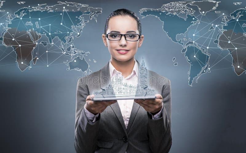 Het virtuele concept van de werkelijkheidsreis met vrouw en tablet stock foto's