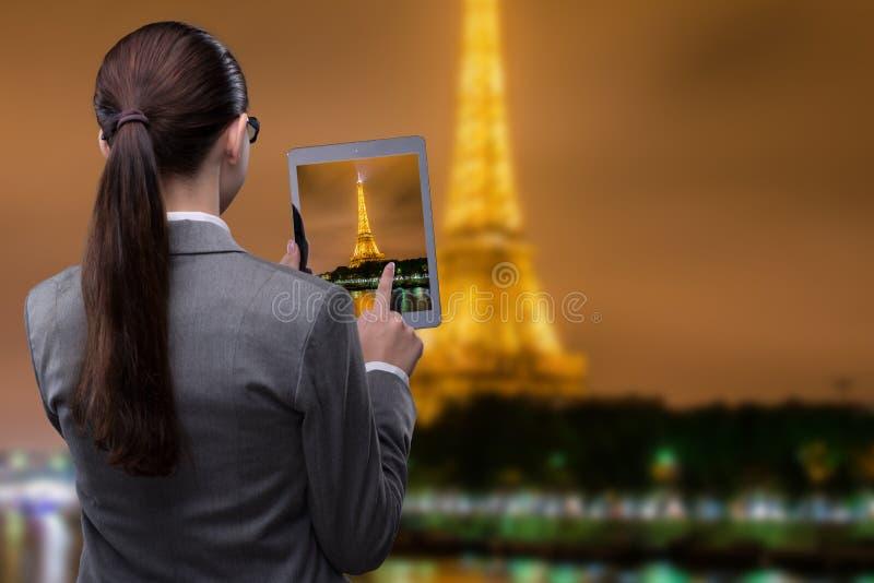 Het virtuele concept van de werkelijkheidsreis met vrouw en tablet royalty-vrije stock afbeeldingen