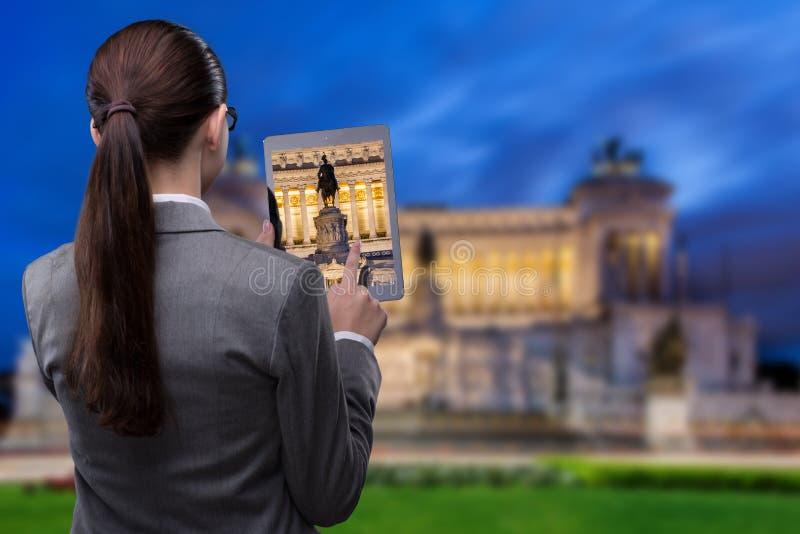 Het virtuele concept van de werkelijkheidsreis met vrouw en tablet stock foto