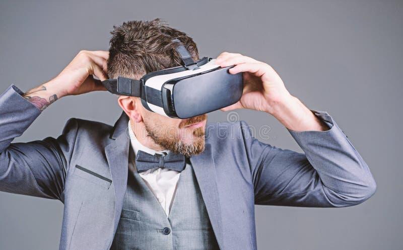 Het virtuele werk Zakenman in vrhoofdtelefoon Visuele werkelijkheid de gebaarde draadloze VR glazen van de mensenslijtage Digital royalty-vrije stock foto's