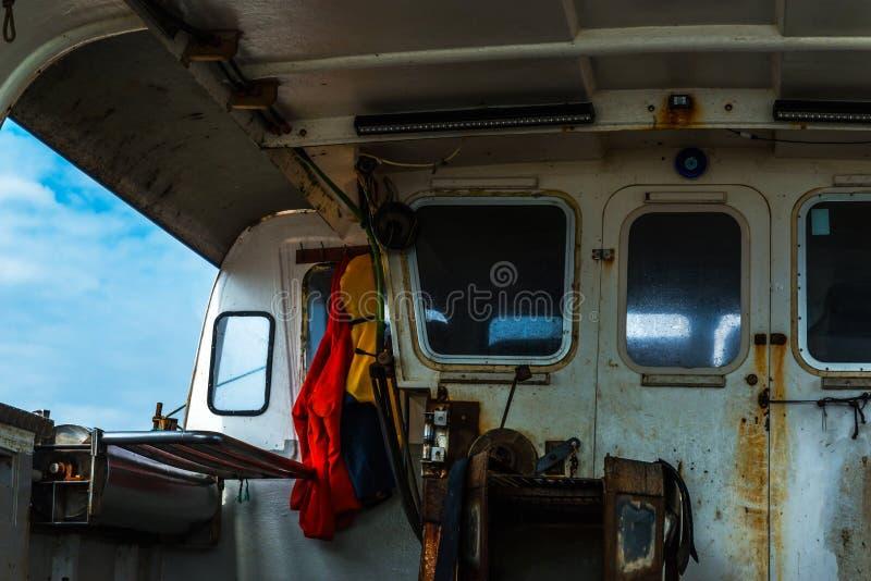 Het vissersboot` s binnenland, de rechterkant van de boot, fis stock foto's