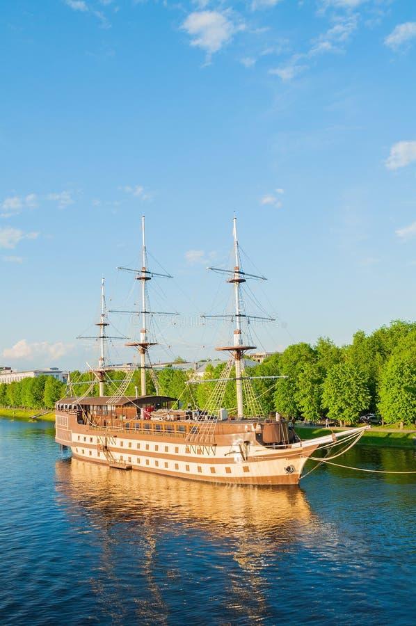 Het Vlaggeschip en het watergebied van het restaurant complex Fregat van de Volkhov-rivier in de lentedag in Veliky Novgorod, Rus stock afbeeldingen