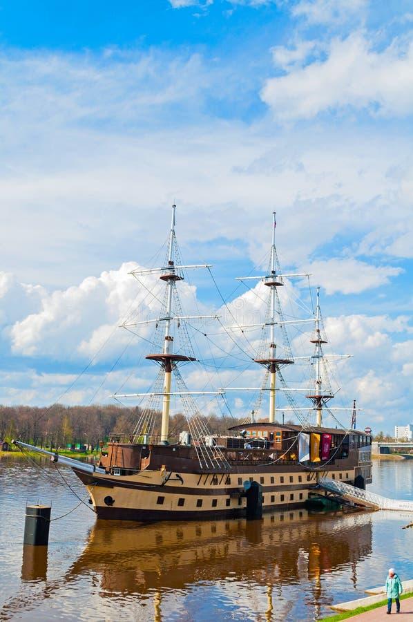 Het Vlaggeschip en het watergebied van het restaurant complex Fregat van de Volkhov-rivier in de lentedag in Veliky Novgorod, Rus stock fotografie